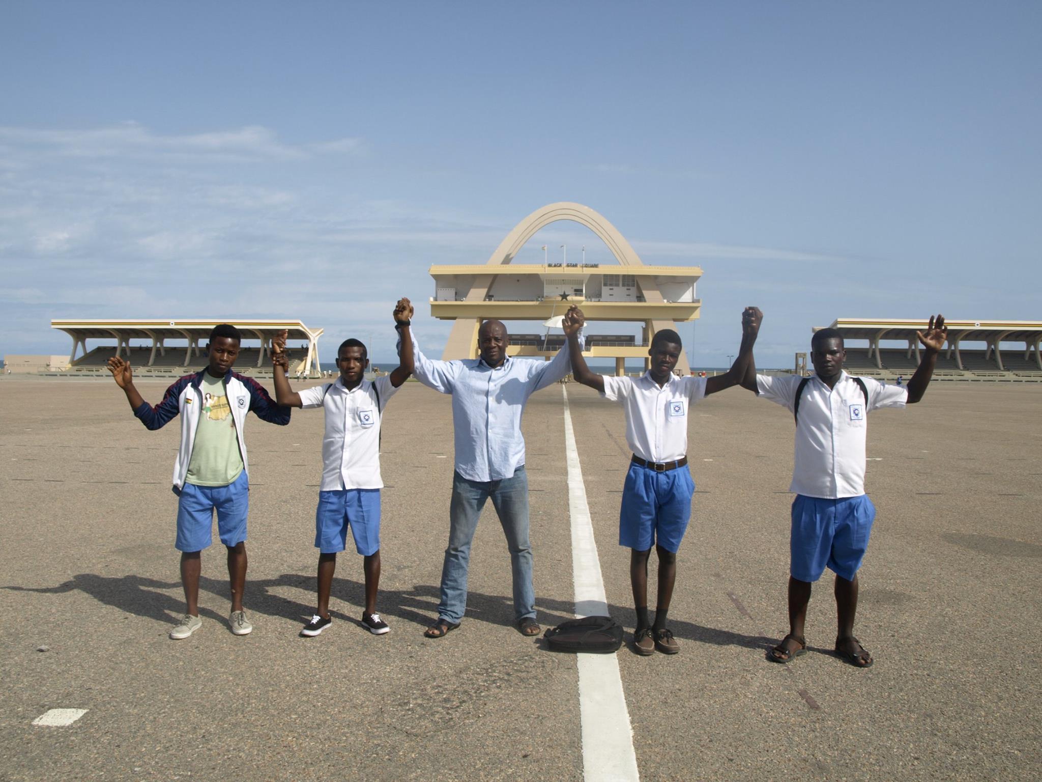 """""""L'Education est le plus vaste chantier en Afrique. L'émergence est inenvisageable sans une vraie formation. La jeunesse est un atout majeur pour le continent"""". En compagnie des lycéens à l'Independence square, Accra (Ghana). Mai 2015."""
